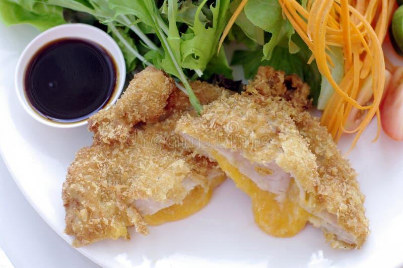 Carne di maiale fritta con formaggio ed insalata fotografie stock libere da diritti