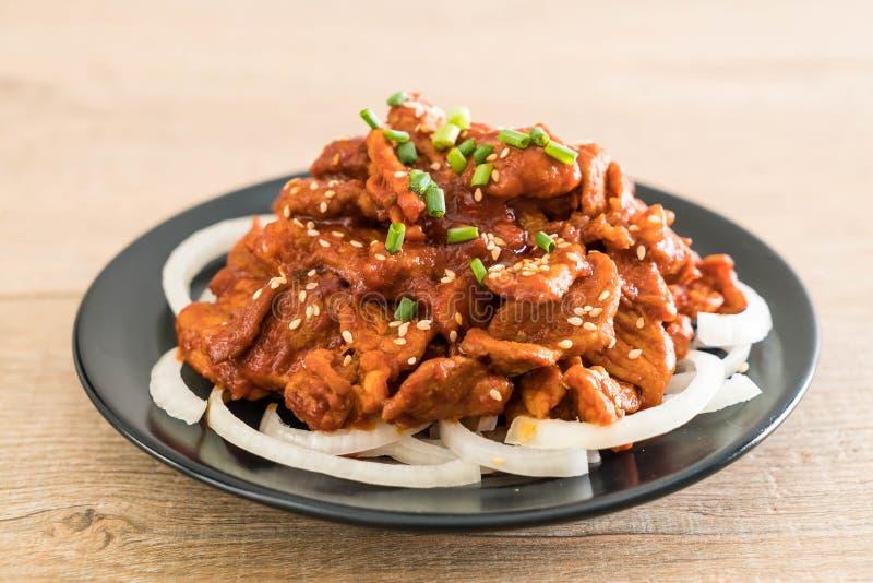 carne di maiale fritta con salsa coreana piccante (bulgogi) fotografia stock libera da diritti