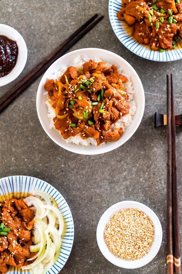 carne di maiale fritta con salsa coreana piccante (bulgogi) su riso superiore fotografia stock