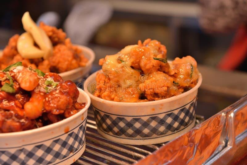 Carne di maiale fritta nel grasso bollente calda di stile coreano in ciotola fotografia stock libera da diritti