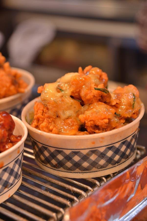 Carne di maiale fritta nel grasso bollente calda di stile coreano in ciotola fotografia stock