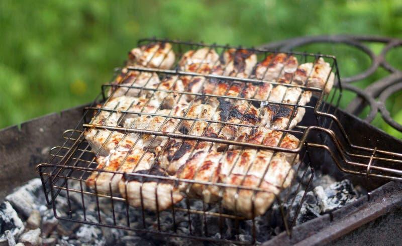Carne di maiale fritta sulla griglia in spezie immagini stock libere da diritti