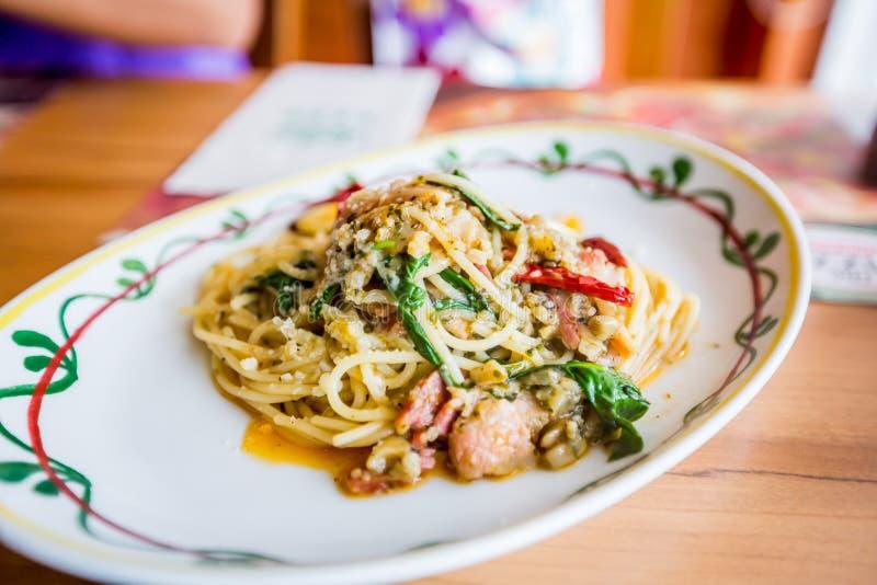 Carne di maiale piccante degli spaghetti con il peperoncino rosso immagine stock