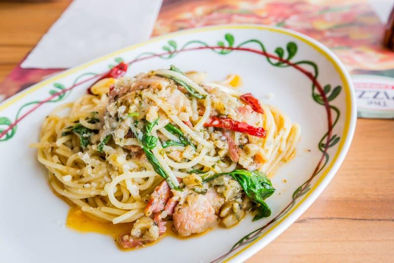 Carne di maiale piccante degli spaghetti con il peperoncino rosso & il basilico fotografia stock libera da diritti