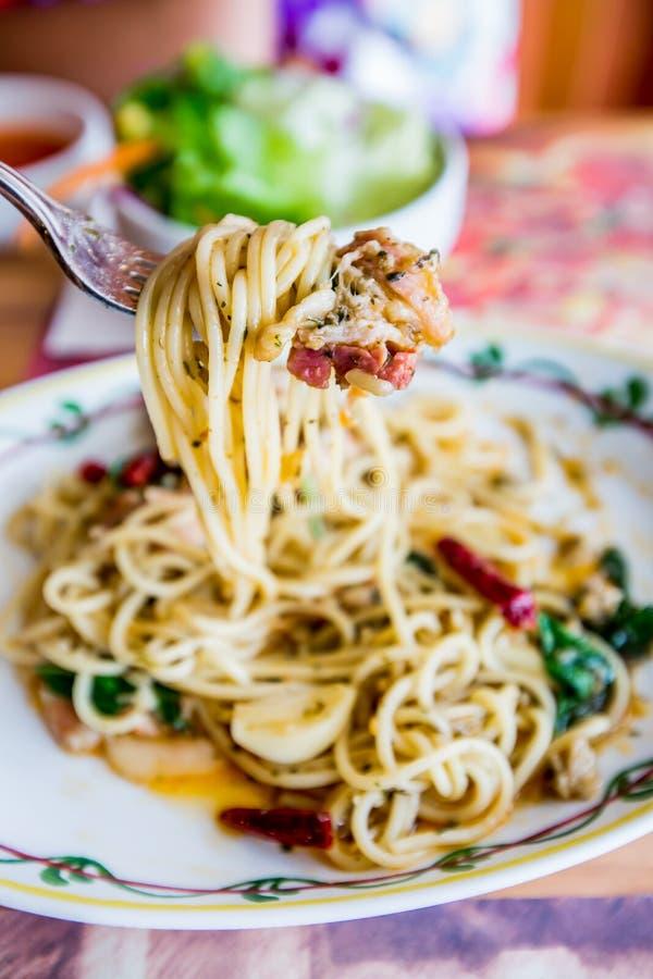 Carne di maiale piccante degli spaghetti con il peperoncino rosso & il basilico fotografia stock