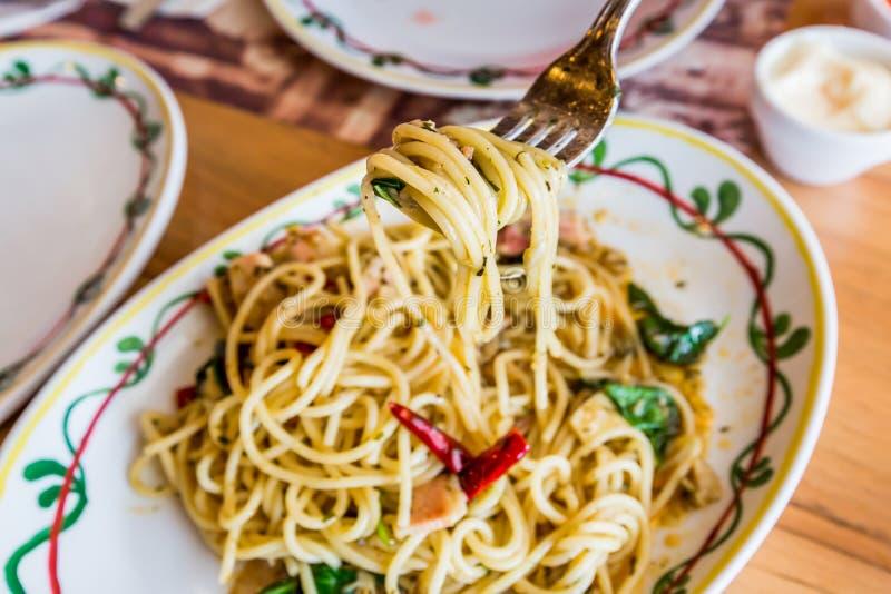 Carne di maiale piccante degli spaghetti con il peperoncino rosso & il basilico immagini stock libere da diritti