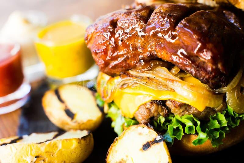 Carne di maiale Rib Burger immagine stock libera da diritti