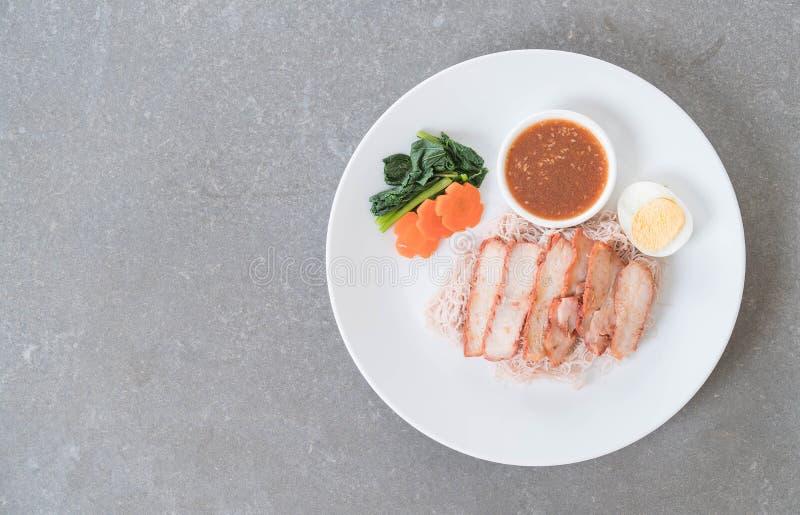 Carne di maiale rossa arrostita col barbecue in salsa con le tagliatelle del grano intero fotografia stock