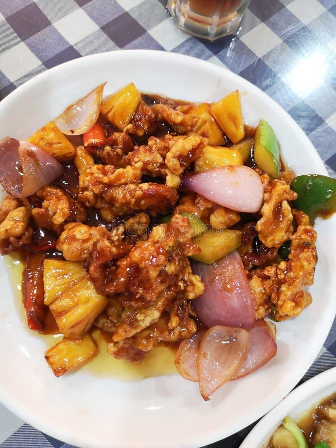 Carne di maiale in stile asiatico con cipolle ananas e peperoncino fotografie stock libere da diritti