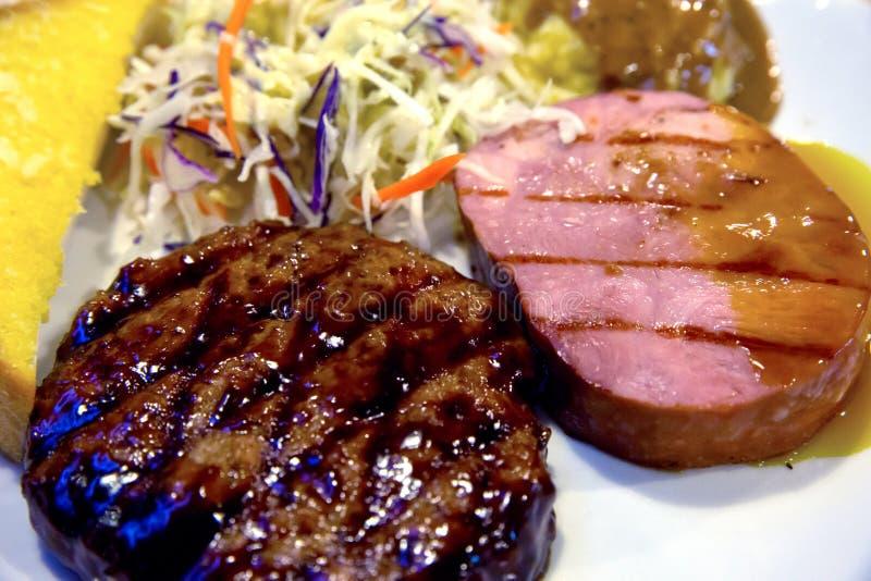 Carne di maiale di Teriyaki, Ham Steak e purè di patate sul piatto bianco immagini stock libere da diritti