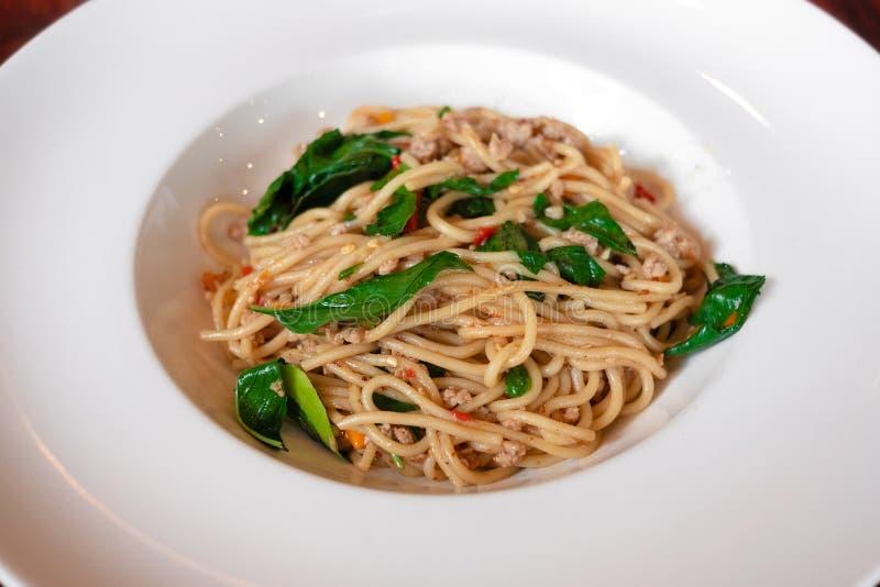 Carne di maiale tritata in padella e Basil Spaghetti tailandese immagini stock