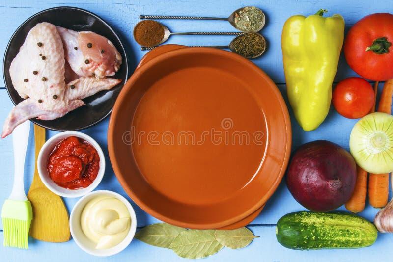 Carne di pollame e delle verdure organiche dal giardino rurale per nutrizione dietetica Piatti ceramici vuoti sulla tavola di leg fotografie stock
