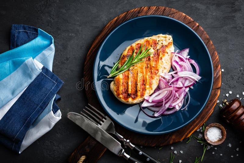 Carne di pollo arrostita succosa, raccordo con la cipolla marinata fresca sul piatto Fondo nero, vista superiore, primo piano immagine stock libera da diritti