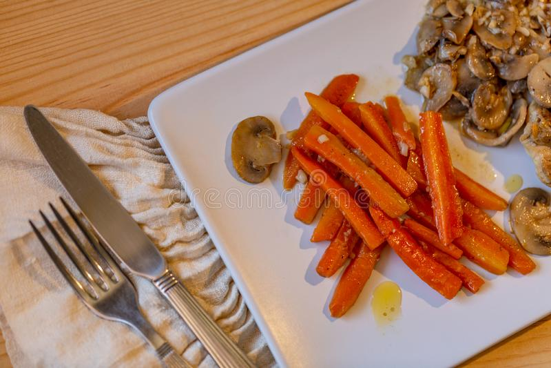 Carne di pollo, carote affettate e funghi Carote fritte fotografie stock libere da diritti