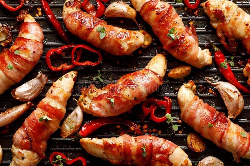 Carne di pollo della spezia, filetto arrostito del pollo avvolto con bacon con i peperoncini dell'aggiunta, aglio ed erbe sul pia fotografia stock libera da diritti