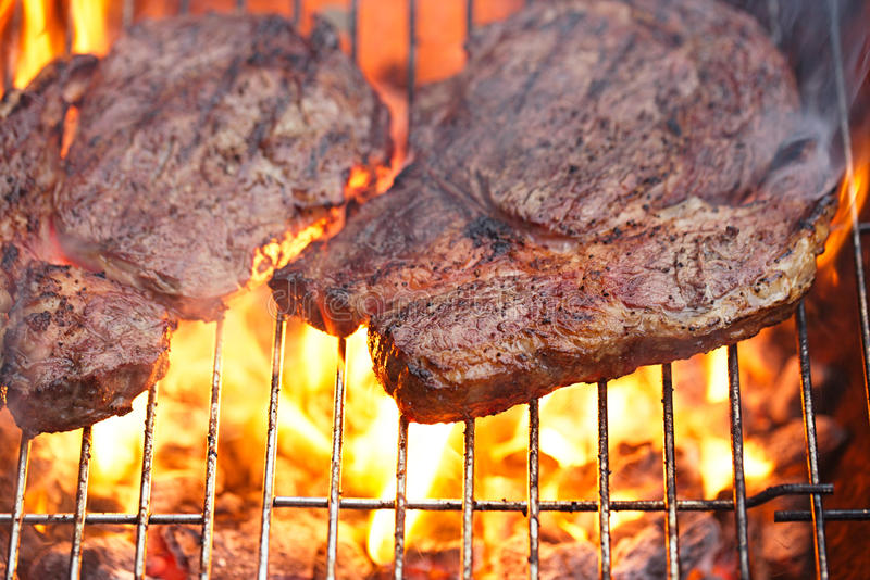 Carne do alimento - marque o bife do olho em wi da grade do assado do verão do partido imagens de stock royalty free