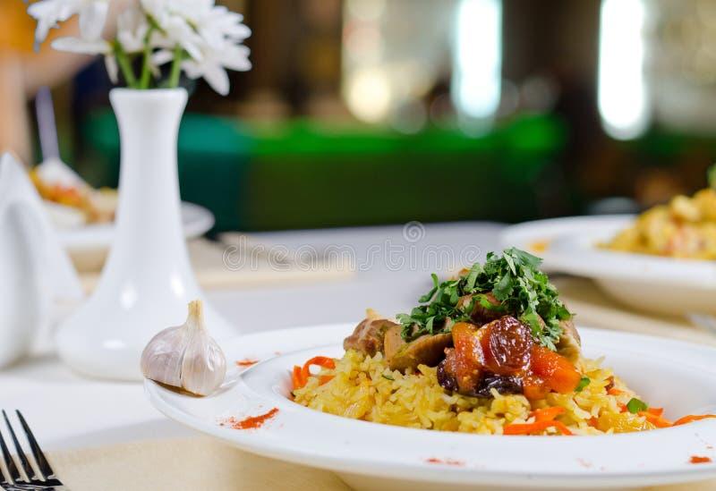 Carne do assado em uma cama no arroz saboroso imagens de stock royalty free