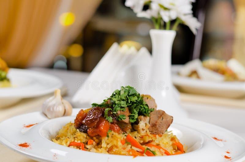 Carne do assado em uma cama no arroz saboroso imagem de stock royalty free