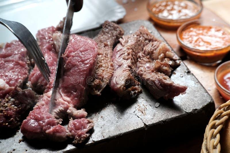 Carne do bife na pedra quente da lava foto de stock