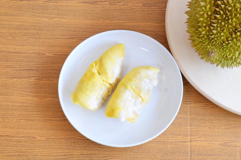 Carne do Durian no prato branco imagem de stock