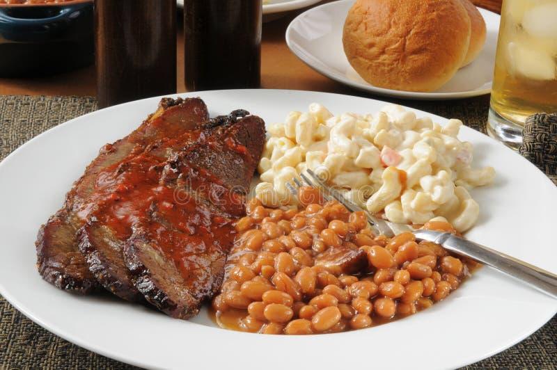 Carne do peito de carne cortada com os feijões cozidos Boston fotos de stock