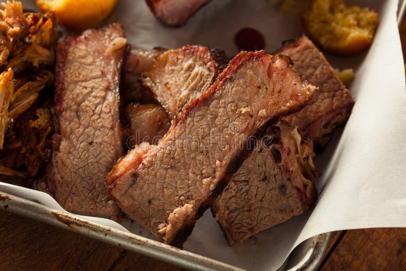 Carne do peito de carne fumado caseiro do assado imagem de stock