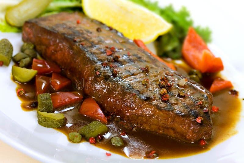 Carne do Steak- de New York na salada verde, Bell vermelha Peppe fotografia de stock royalty free