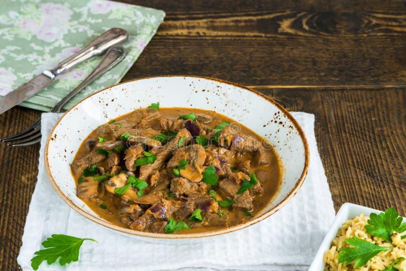 Carne e cogumelo Strogonoff com arroz fotos de stock royalty free