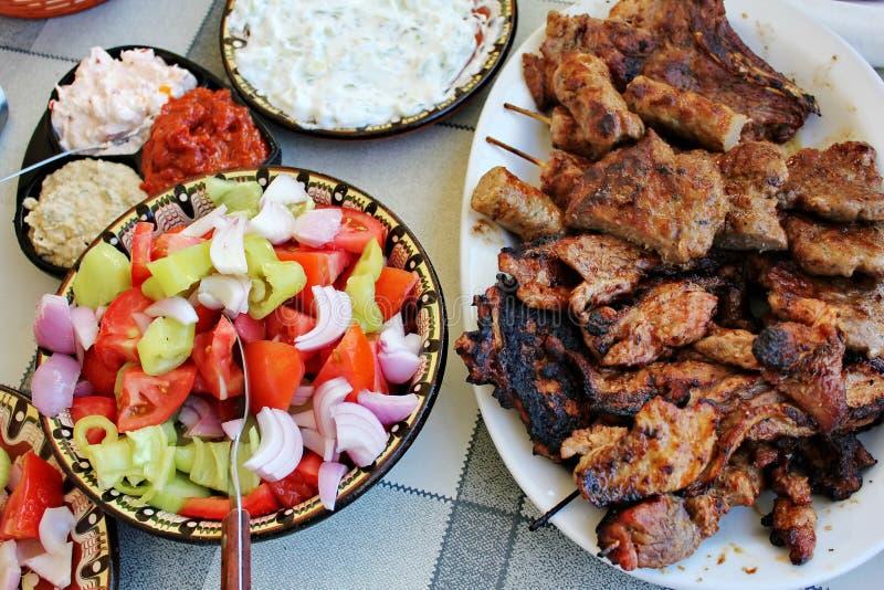 Carne e saladas grelhadas imagens de stock