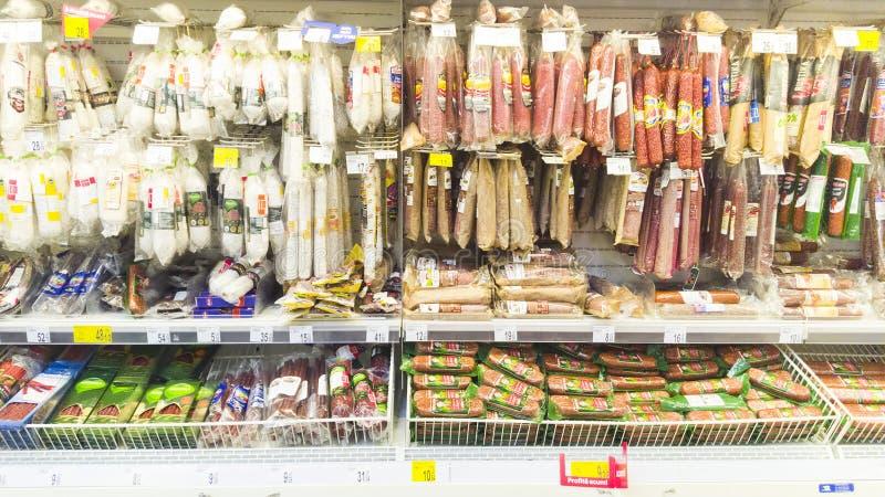 Carne e salame na prateleira no supermercado de Carrefour, Piatra Neamt, Romênia fotos de stock
