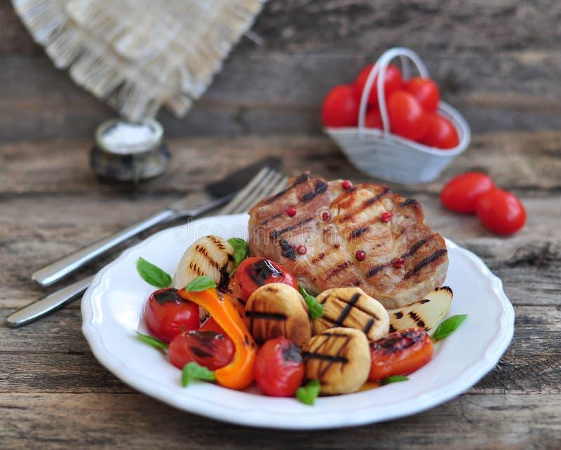 Carne e vegetais grelhados fotografia de stock