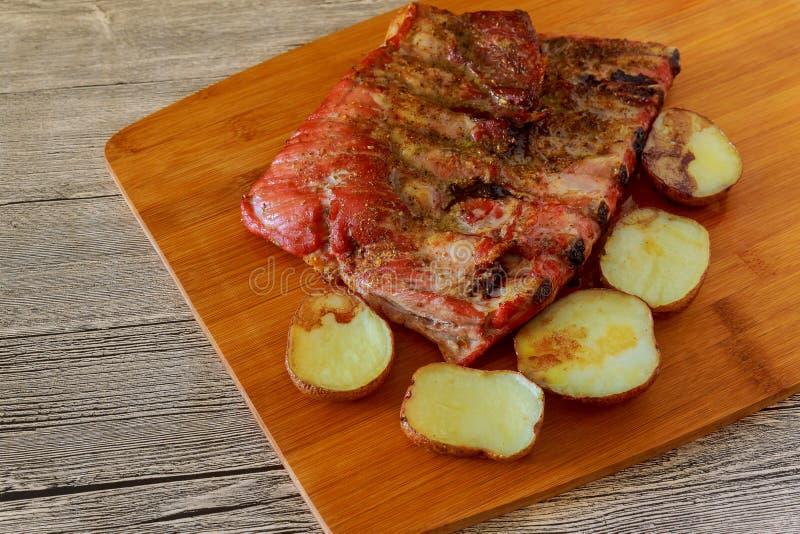 Carne e vegetais grelhados, alimento rústico delicioso fotos de stock