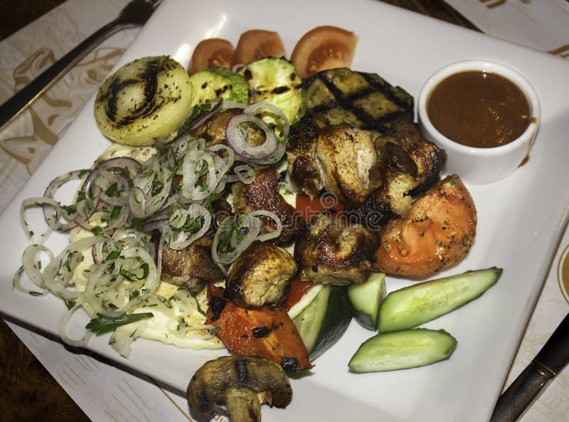 Carne e vegetais maduros grelhados na placa branca fotografia de stock royalty free