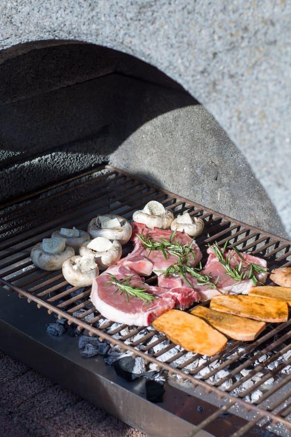 Carne e verdure sulla griglia immagine stock libera da diritti