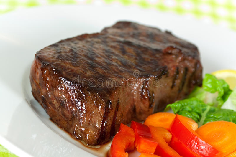 Carne em feijões verdes, cenoura do Steak- de New York, pimenta imagens de stock