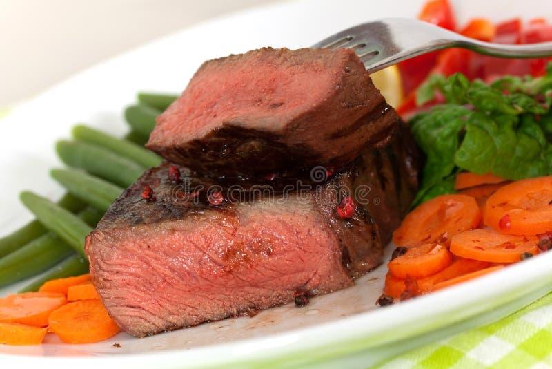Carne em feijões verdes, cenoura do Steak- de New York, pimenta foto de stock
