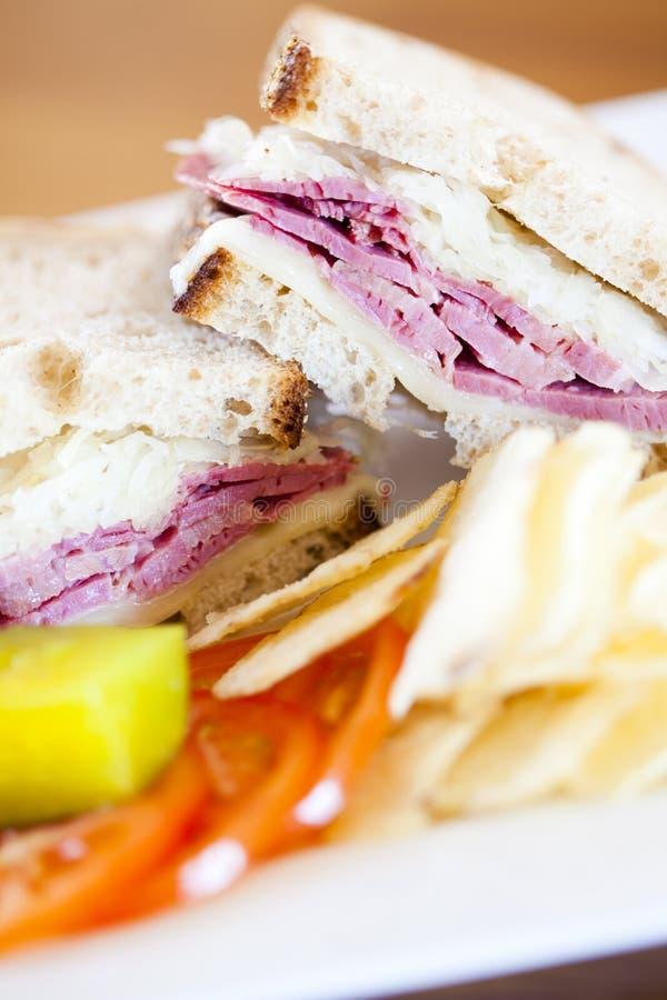 A carne em lata reuben o sanduíche imagens de stock royalty free