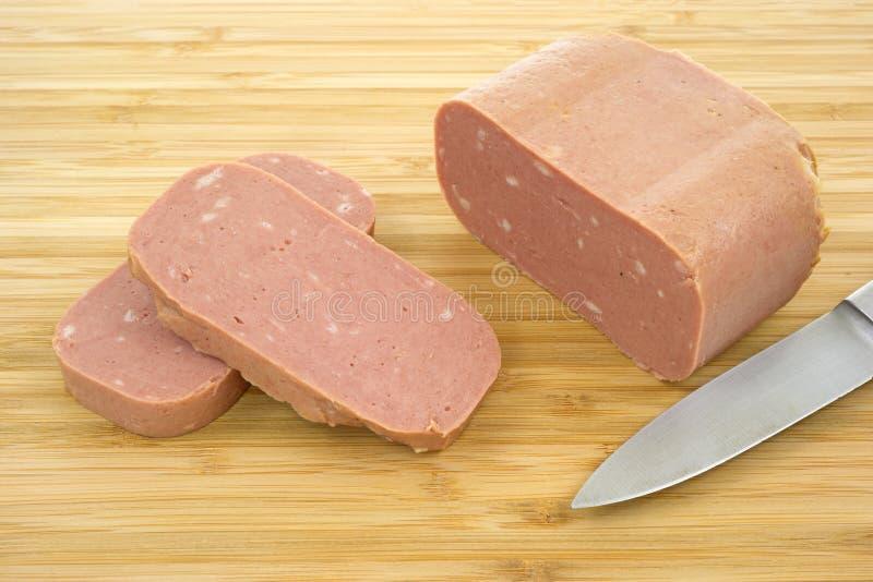 Carne enlatada do almoço com faca foto de stock royalty free