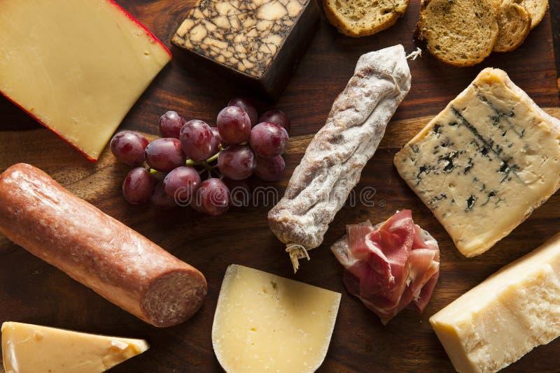 Carne extravagante e Cheeseboard com fruto imagem de stock royalty free
