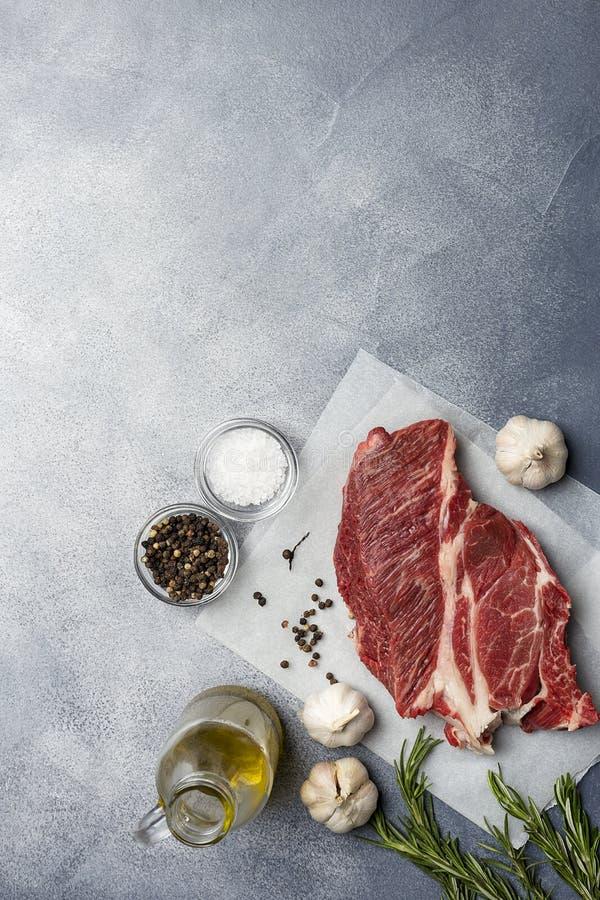 Carne fresca com os ingredientes no fundo cinzento foto de stock royalty free