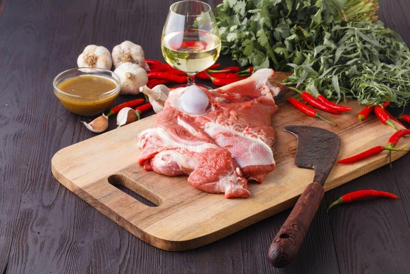 Carne fresca crua do cordeiro com as especiarias no fundo de madeira imagens de stock