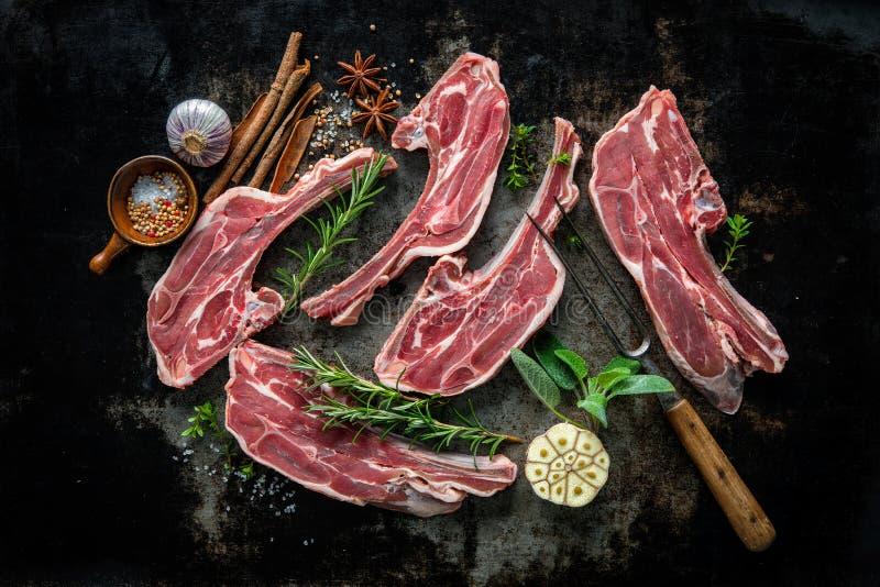 Carne fresca crua do cordeiro no fundo escuro imagem de stock royalty free
