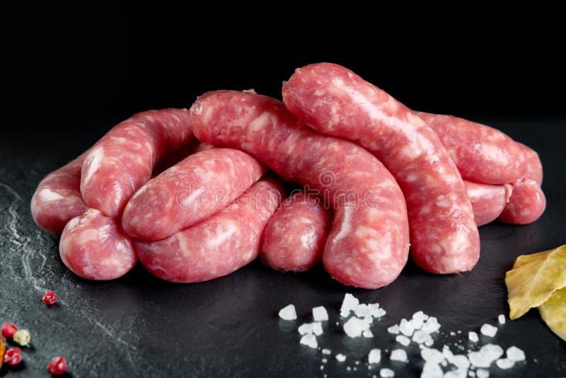 Carne fresca cruda e Salsiccie fresche e carne di pollo pronte da cucinare fotografia stock