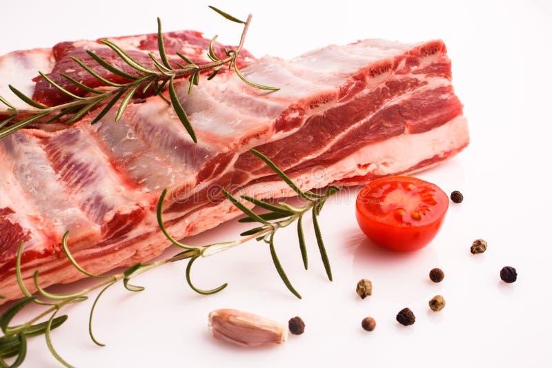 Carne fresca do cordeiro em um fundo branco fotos de stock