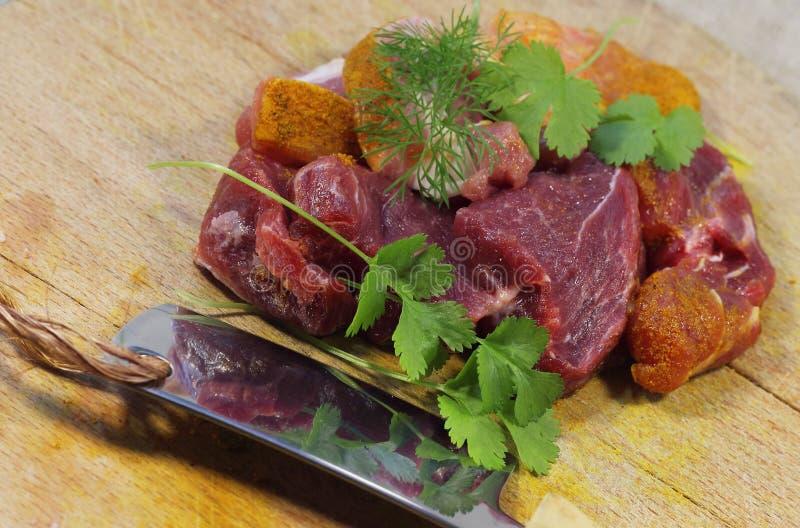 Carne fresca en una tarjeta de corte fotografía de archivo