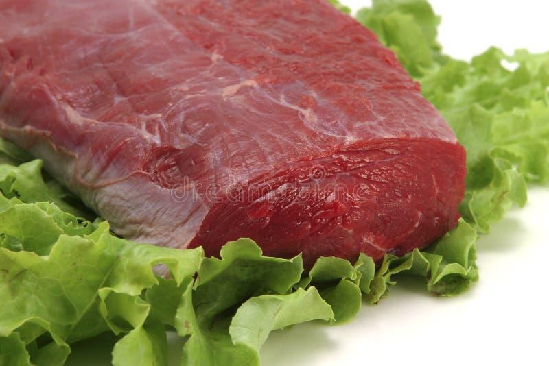 Carne fresca no close-up branco da placa imagem de stock