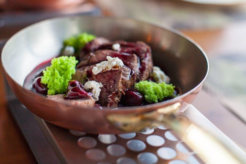 Carne fresca no molho da cereja foto de stock