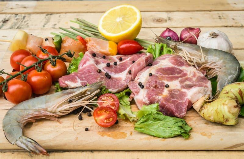 A carne fresca, o marisco e os vegetais na cozinha embarcam imagens de stock royalty free