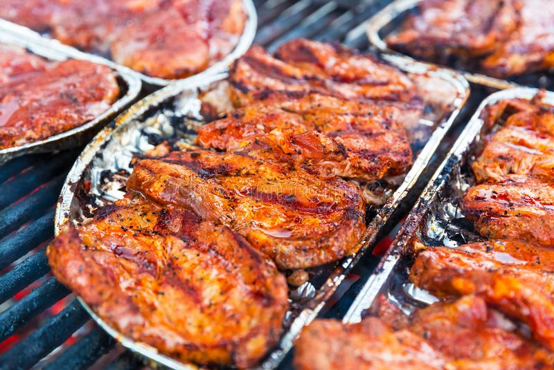 Carne fresca para o babecue na grade imagens de stock