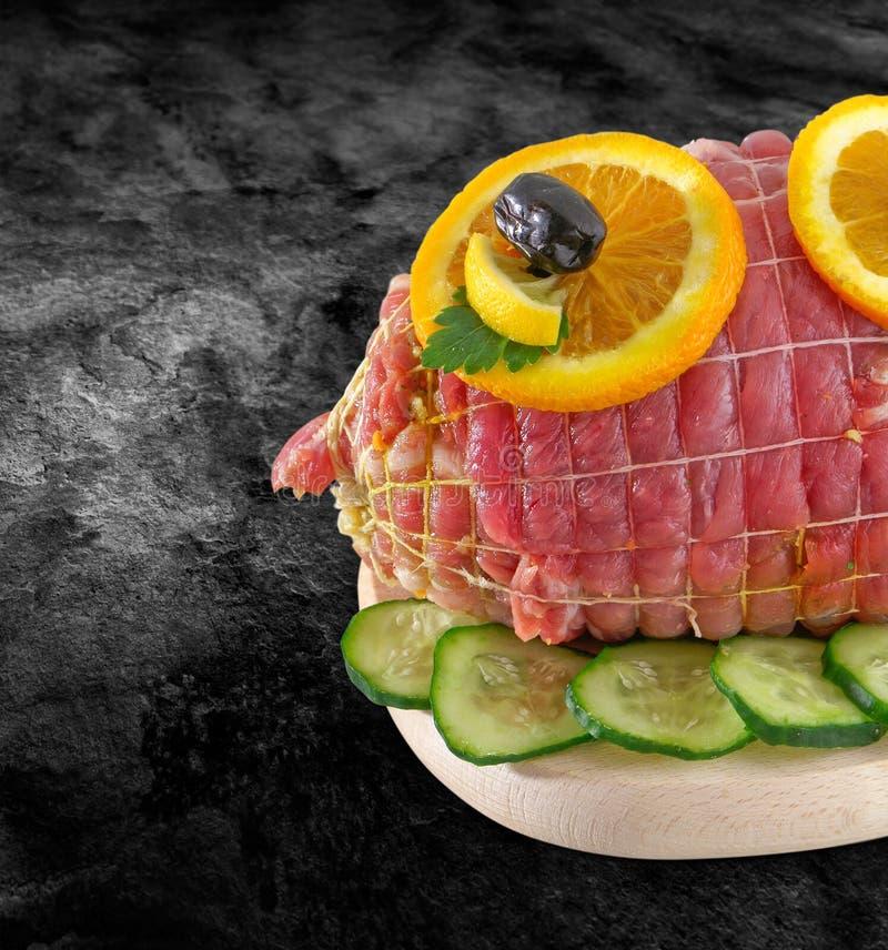 Carne fresca rodada del jamón en atado - trino de la ternera Carne rodada cruda incluida en la red neta con las especias - aliste imágenes de archivo libres de regalías